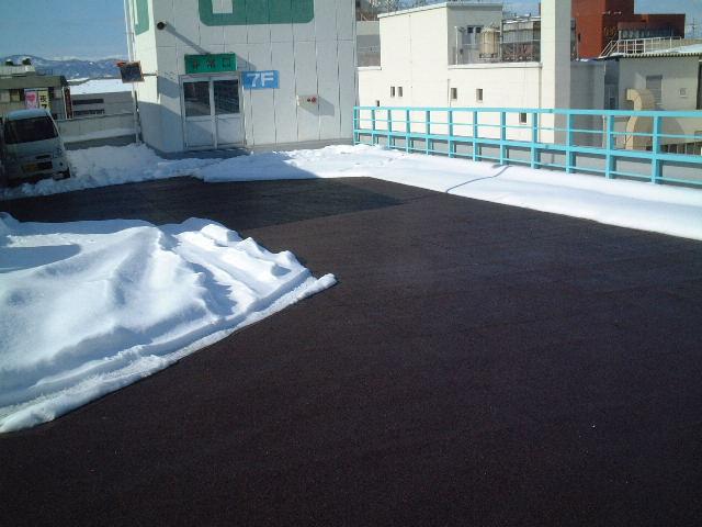 山形市ビル屋上駐車場通路