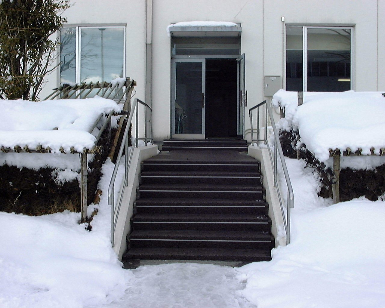 東根市工場社員通用口階段 | 山形の融雪総合メーカー ...