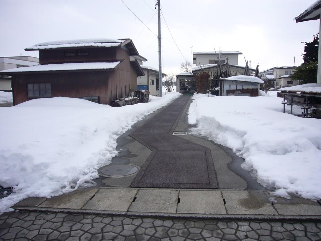 長井市住宅玄関前通路