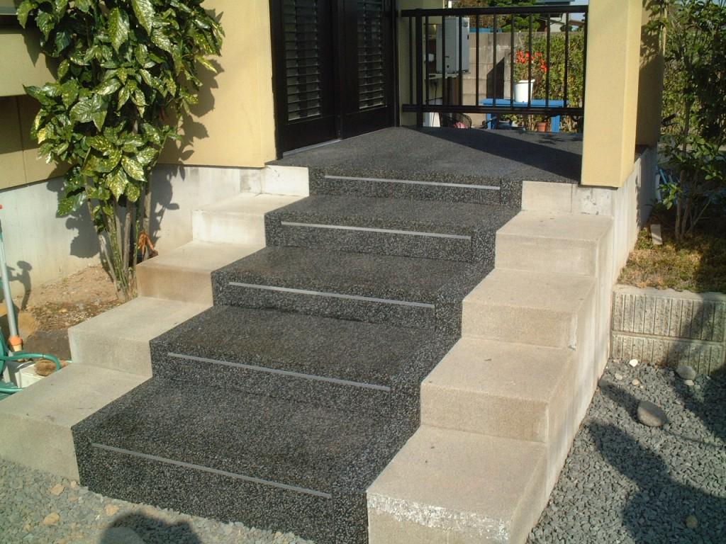 山形市住宅玄関前階段
