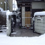 山形市住宅玄関前