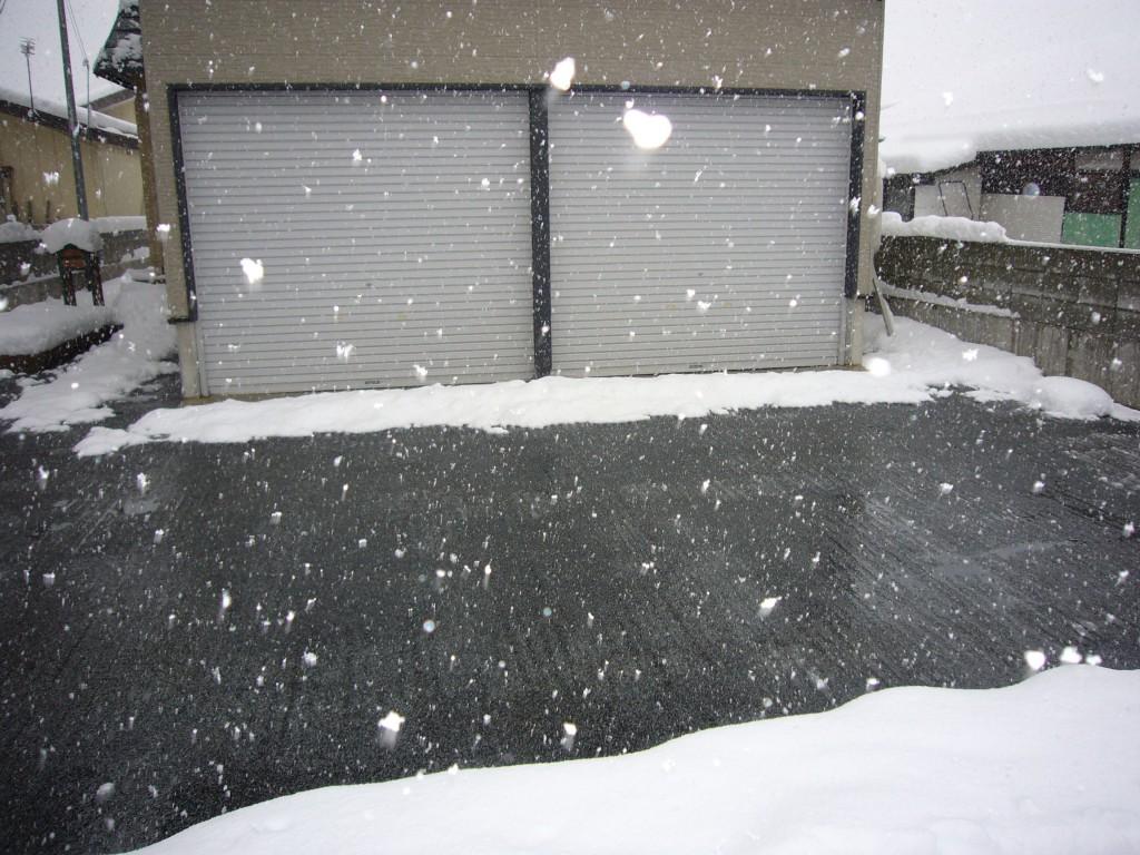 米沢市住宅車庫前駐車場
