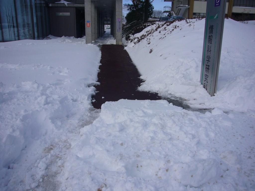 東北大学情報科学研究科正面通路融雪状況