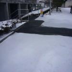 東北大学情報科学研究科棟北側階段上電気系3号館前通路融雪状況