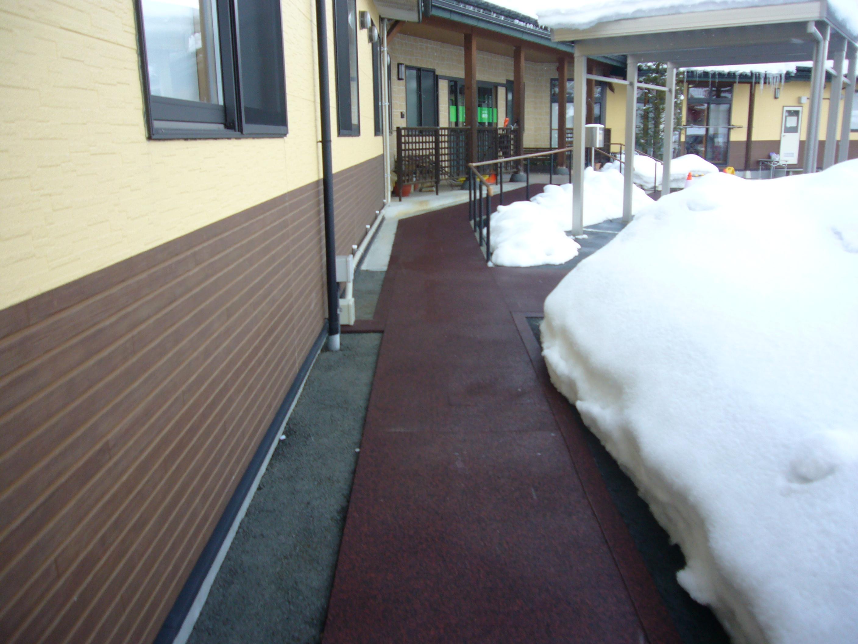 朝日町老人施設融雪状況