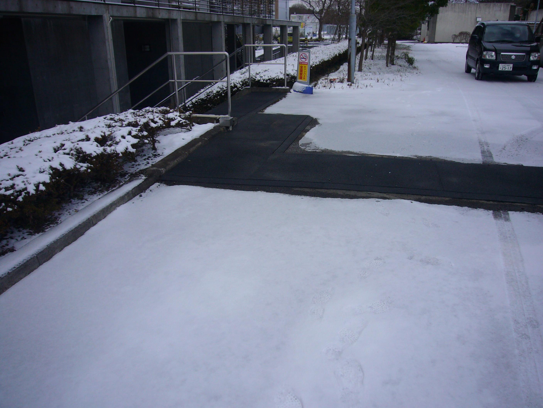 東北大学情報科学研究科棟北側階段上電気系3号館前通路融雪