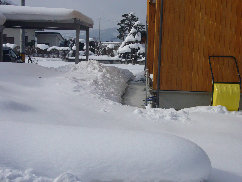 長井市太陽光屋根下通路融雪状況