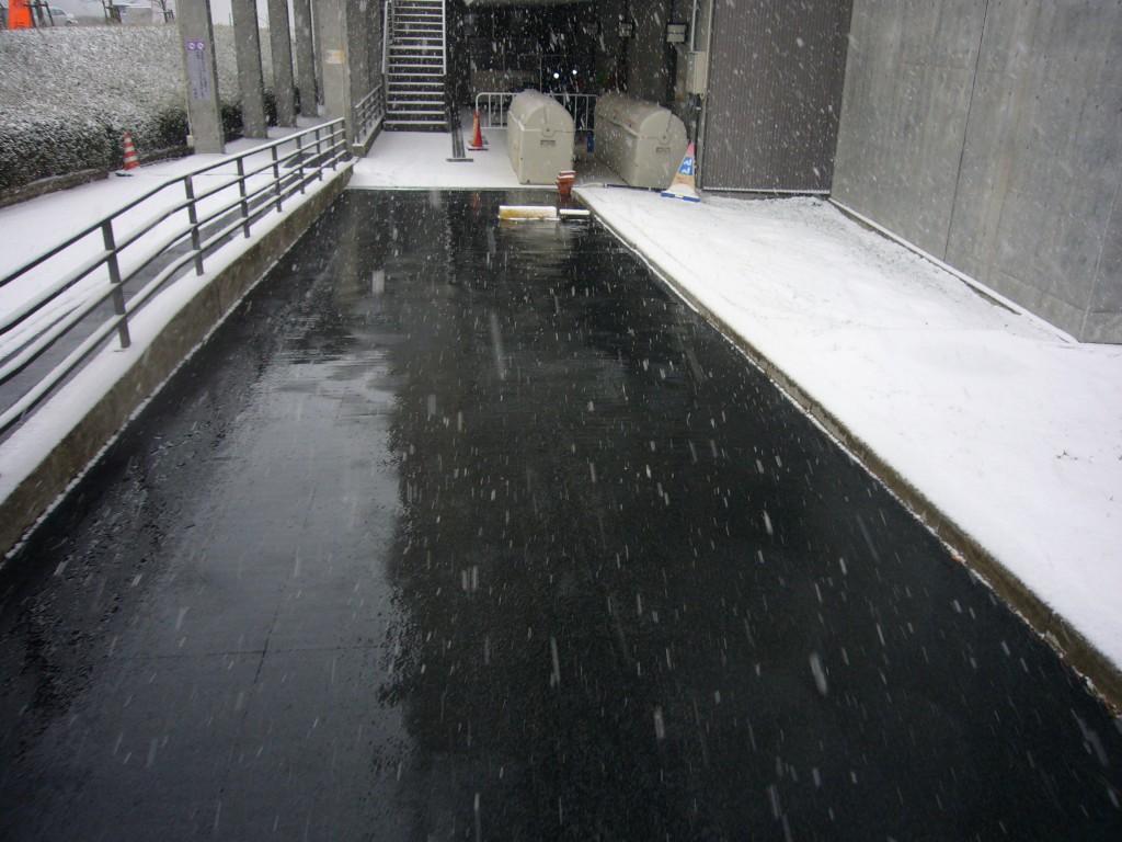 東北大学搬入路融雪P1070285